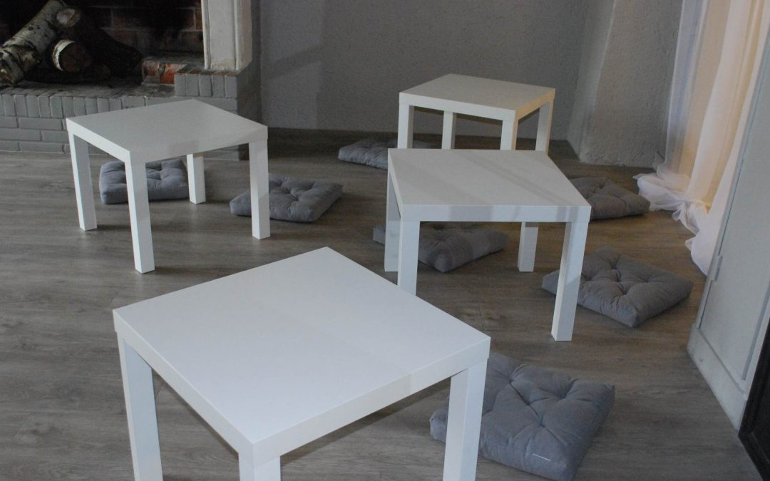 Petite table blanche : 3 €