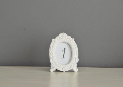 Location petit cadre rétro blanc, numéro de table: 1€